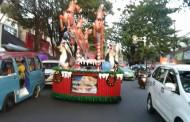 Nuansa Natal Semakin Terasa, Saat Iring-Iringan Kendaraan Hias Melintas Kawasan Boulevard