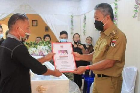Bupati Franky Wongkar Salurkan Santunan Dana Duka